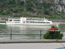 Hotelblick auf den Rhein von der Außenterrasse.