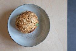 Tous nos burgers sont servis avec frites maison et bouquet de mesclun. Version originale (au boeuf) / végétarienne / régional (au porc) - Arkose Lille carte été 2020