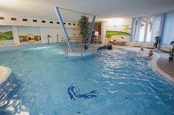 Schwimmbad mit Perlbad bank, Bazén s masážními proudy