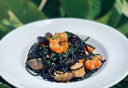 Lingüini nero Frutti di Mare with citrics
