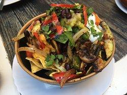 Nachos vegetarianos - con salsa de queso, guacamole, crema agria y verduras al grill