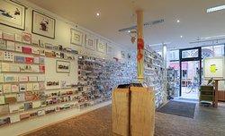 Direkt am Eingang erwarten Sie unsere großen Postkartenwände mit einer besonderen Auswahl an Post- und Grußkarten.