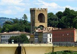 Il Ponte alle Grazie e la Porta-Torre di San Niccolò visti dalla fine est del Lungarno Annamaria Luisa de' Medici