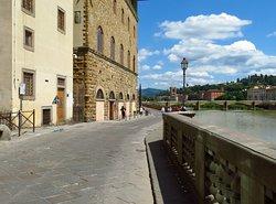 Lungarno Annamaria Luisa de' Medici nel tratto finale est, dal Palazzo degli Uffizi alla piazza dei Giudici (sullo sfondo il Ponte alle Grazie e la Porta-Torre di San Niccolò)