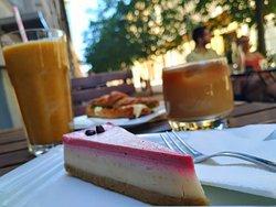 """Túl király vegán opciók 🍊 A képen: - passiógyümis smoothie - cold brew leheletnyi rizstejjel - erdei gyümölcsös """"sajttorta"""" - zakuszkás-vegán majonézes szendvics"""