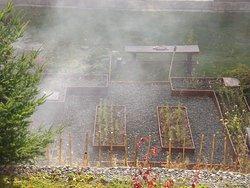 Es un espacio pensado para que nuestros huéspedes disfruten de los jardines del hotel con producción local de la huerta y una propuesta gastronómica gourmet simple. Vino y sangría son los elegidos para maridar estas delicias.  En este lugar también llevamos a cabo EL CURANTO en fechas determinadas, el cual es una de las cocciones típicas de la Patagonia