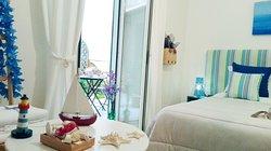 La camera MARE è ispirata ai colori del mare tipici di Napoli e del golfo. I suoi colori vi immergeranno e avvolgeranno nell'atmosfera di Napoli.