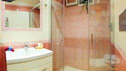 Il bagno della camera, ad uso esclusivamente privato, ma esterno alla stanza, è realizzato con i colori del corallo, per continuare ad avere la sensazione di essere al mare.