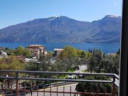 camera con balcone vista lago