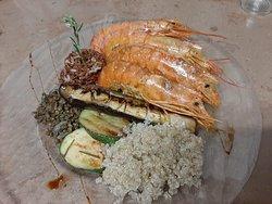 Gambas en sauce curry et lait de coco,  riz rouge de l'étang de Marseillette,  quinoa,  et légumes frais de notre jardin