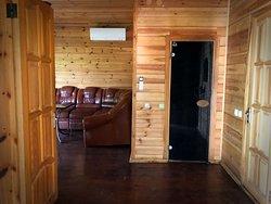 Банька в домике и комната отдыха. Домики с сауной, с террасой и одной спальней (№2, 5, 6) 2500 грн/сутки Большой дом с банькой, с одной спальней и летней террасой. Уютный дом для семейного отдыха или компании друзей. Летняя веранда, 1 спальня, кожаный диван, холодильник, телевизор, кондиционер.