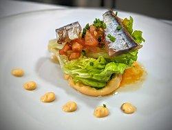 Cogollo con tomate marinado, arenque y mahonesa suave de pesto rojo