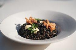 Arroz Negro de chipirón con alioli de azafrán