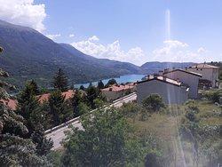 Veduta del lago di Barrea dal paesino sopra il campeggio
