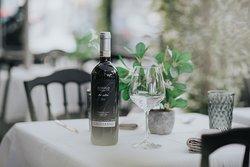 Los mejores platos también se pueden acompañar con los mejores vinos.  Este Barolo Gagliasso Tre Utin 2015 es uno de los barolos más emblemáticos, un vino típico de la zona de Cuneo. Uva 100% Nebbiolo. Tiene un precioso color rojo picota y un sabor afrutado y equilibrado. Perfecto para carnes y pasta.