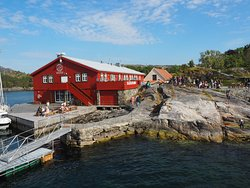 Skjerjehamn: on the idyllic island, you can taste home-smoked salmon, admire modern art at the art gallery, learn about fish-farming on our outdoor natural trail, orsimply relax with a steaming hot cup of coffee.
