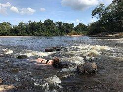 stroomversnelling op 100 meter van het resort. Heerlijk om in te liggen op het heetst van de dag.