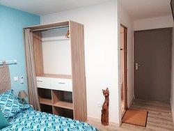 Chambres d'hôtes équipées avec télévision, climatisation, salle de bain et WC individuels. Sèche-linge, lave-linge, table et fer à repasser à disposition.