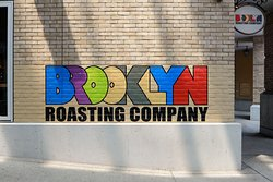 Brooklyn Roasting Company 岸和田店の外観のロゴサイン。フォトスポットに!
