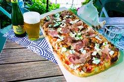 Super pizza in pala con crudo, burratina, pomodori secchi e pesto fatto in casa