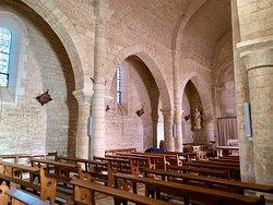 Classée en 1907, cette église du 12ème a beaucoup souffert des guerres mais a bénéficié d'excellents programmes de restaurations. Un bâtiment solide, équipé de renforts extérieurs, et à l'intérieur, d'étranges collatéraux très étroits servent à épauler l'édifice.
