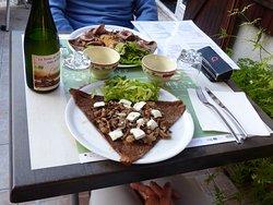 Galette au sarrasin bio, pleurote, compotée d'oignons bio, fromage de chèvre du Ciran bio