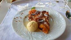Tarte maison aux abricots avec au choix boule de glace vanille ou Chantilly - juillet 2020
