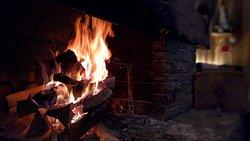 Il fuoco di un camino in una serata d'inverno è meraviglioso...tutto questo all'Agritur Broch!!