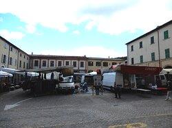 La piazza il sabato mattina con il mercato