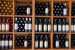 Urbina. Durante la visita y cata a la bodega se visitán las instalaciones, se sigue y explica el proceso de elaboración. En la Cata de Vinos se degustan y comentan todos los vinos de la Bodega.La duración de esta actividad es de aproximadamente de 2 horas. Si el tiempo lo permite se puede visitar un viñedo próximo a la Bodega. Horarios de visita: Todos los días incluido sábados y domingos de 11:00 a 14:00. http://urbinavinos.blogspot.com.es/2014/09/turismo-del-vino-bodegas-urbina-la-rioja.html