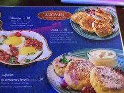 Можно прийти на марокканский завтрак с совсем не магрибскими сырниками и оладьями.