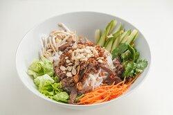 """Теплый салат с рисовой вермишелью и говядиной """"Бун Чон"""""""