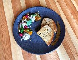 Kachní paštika s hruškovým chutnney a opečeným chlebem
