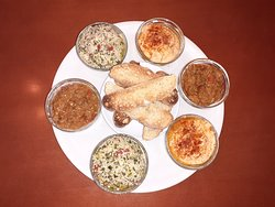 combinado de tapas veganas marroquis: Zaaluk (pate de berengenas) y Tabulé (ensalada de cuscús) y Hummus. Acompañado de tostadas de pan coca