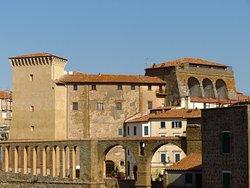 Vista esterna del palazzo Orsini, preceduto dalle arcate dell'acquedotto mediceo