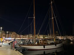 La ciotat marche nocturne  sur le vieux port avec ses pointus et yacht ses vieux gréements , ses terrasses de restaurants , des moments de détentes. Publiées par marseille-cassis.fr