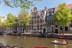 Embassy of the Free Mind - Huis Met de Hoofden