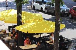 Pho Bom terrasse improvisée à l'extérieur sous les tilleuls   version avec parasols /Pho Bom improvised terrace outside under the lime trees  version with parasols