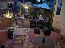 Terrasse privée sur l'arrière du B''Art ... à l'écart du bruit et tout proche de la tranquillité !!!