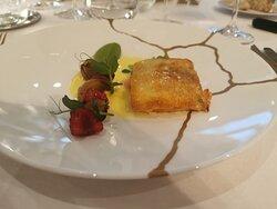 Filet de truite de la vallée en croûte de pain, petits pois et framboises, jus à la sauge.