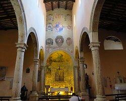 Interno della chiesa: appaiono subito evidenti i 9 stemmi di famiglia (ma anche della Comunità di Pitigliano) posti sulla parete di fondo della navata centrale.