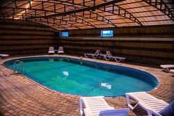 На территории нашей базы отдыха расположен крытый большой бассейн.