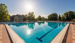 25-ös úszómedence napsütésben