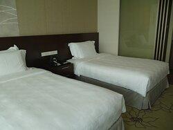 清潔なベッドですが少々柔らかすぎました