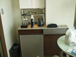 コーヒーメーカーとケトル。上の棚にはシャンパングラスが入ってます。高級感溢れてますが、4年前はケトルの中でカルキが固まったまま。今回は清掃されてました。