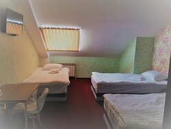 Семейный номер с 3 односпальными кроватями ( мансардный этаж).