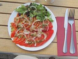 Café Restaurant du Camping Les Sirènes au Col de Lèques Près de Castellane Assiette de Salade de Tomates Juillet 2020.