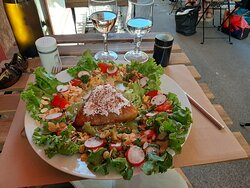 Pastilla et salade d'accompagnement