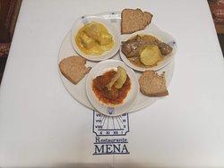 Surtido de tapas - Muslito de pollo Halal al ajillo. - Albóndigas de ternera Halal en salsa de tomate con el enacnto de Hanna. - Pollo de corral al curry.