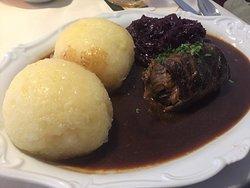 Rinderroulade, Rotkohl, Thüringer Klöße und würzige Bratensauce